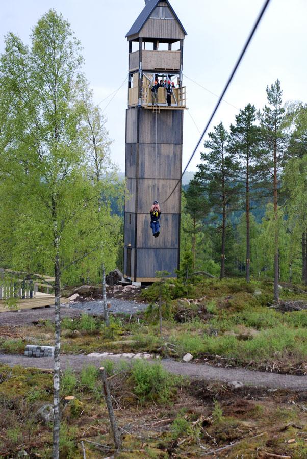 Teståkning av ziplinebanan inför uppstarten i maj 2014. (Foto Uppvidinge Tidning)
