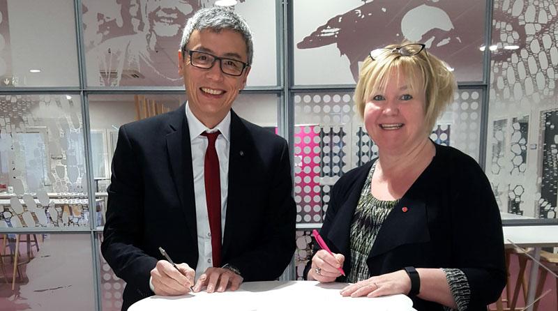 Stephen Hwang, rektor på Linnéuniversitetet och Anna Fransson (S), ordförande regionstyrelsen, Region Kronoberg. (Pressfoto Region Kronoberg)