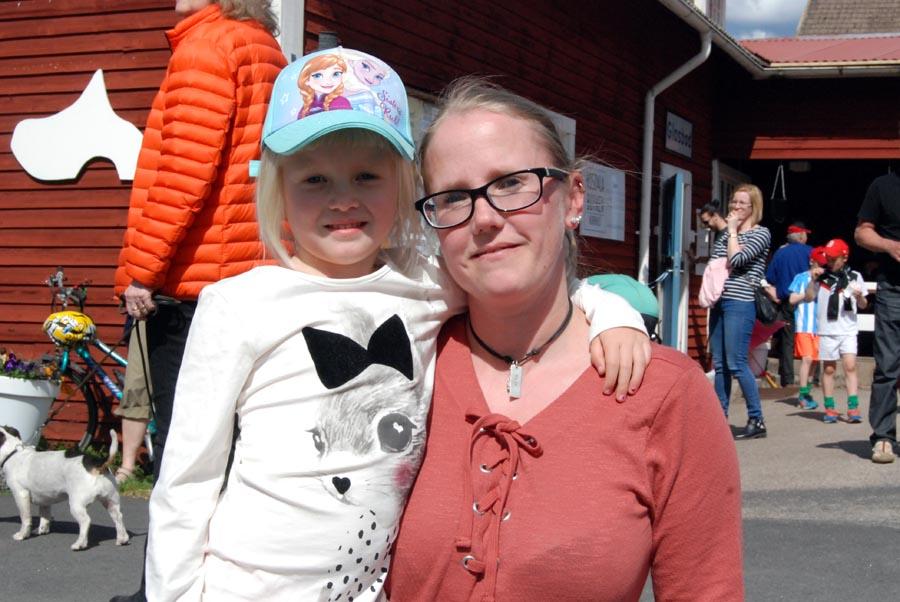 Ulrika Håkansson med dottern Maja, från Rottne. (Foto Uppvidinge Tidning)