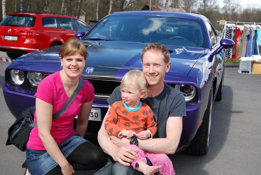 Linda och Jim Strömqvist med dottern Nathalie körde en Dodge Challenger SRT8 från 2010. (Foto Uppvidinge Tidning)